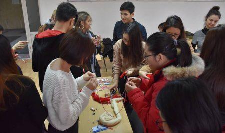 """Студенти от 12 държави участваха в благотворителна работилница """"Ден на мартеницата"""""""